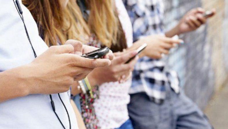 Care este mai bun dintre un telefon clasic si un smartphone?